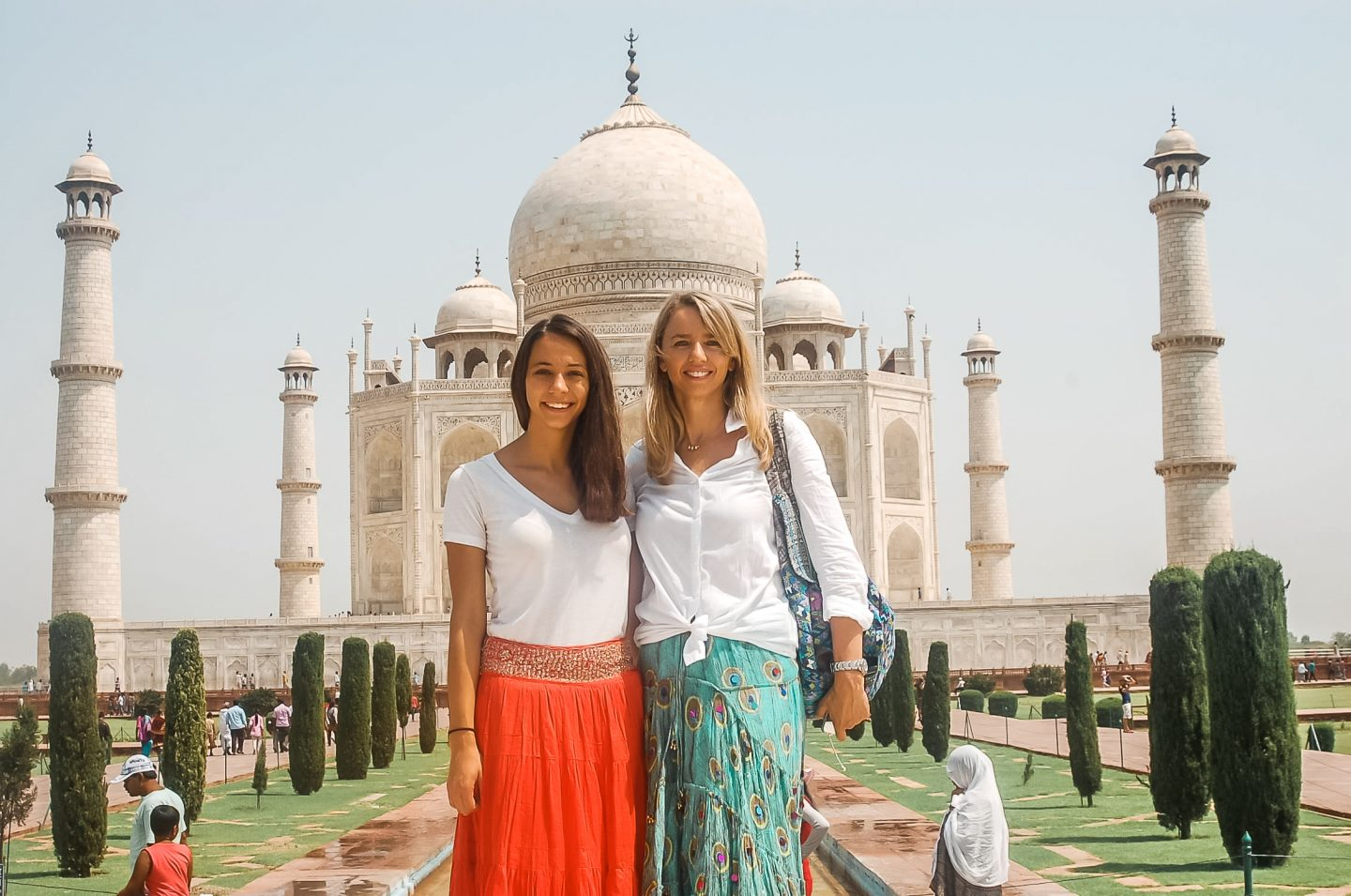 mother daughter in front of the taj mahal